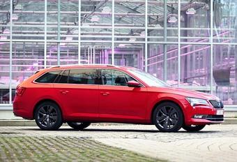 Skoda is snel opgeklommen op de automotive ladder, want Volkswagen, dat de constructeur 25 jaar in zijn bezit heeft, krikte het niveau zodanig op dat het zichzelf in de schaduw dreigt te zetten. Kijk maar naar de nieuwe Superb (Combi), die zich opwerpt als rivaal voor de Volkswagen Passat (Variant). Ondertussen is ook dat laatste verleden tijd. De laatste lichting Skoda's is gelijkwaardig aan wat ze bij VW hebben rondrijden en dat zowel technisch als stilistisch. Een vorm van bevrijding waar de nieuwe Superb Combi dan ook ten volle van profiteert.