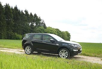 Land Rover va lui aussi surfer sur la vague des SUV. Notamment avec le Discovery Sport qui vient s'ajouter à l'offre Evoque, mais avec des prétentions plus familiales.