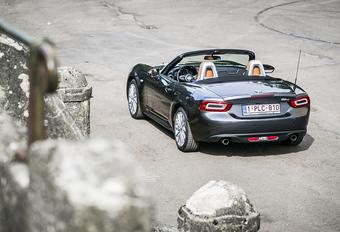 De Mazda MX-5 heeft een Italiaanse neef. AutoWereld doet de test met de Fiat 124 Spider.