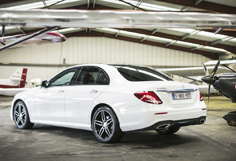 """Met de vernieuwing van zijn reisberline wilde Mercedes een statement maken: de """"intelligentste auto"""" van het moment moest er op alle vlakken bovenuit steken. Wij testen hem hier als 220 d, met de nieuwe tweeliter-dieselmotor."""