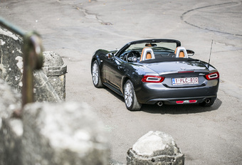 Avec la 124 Spider, Fiat ressuscite un nom mythique. Mais à moindre coût, car construit sur la base  d'une autre icône ; la dernière génération de Mazda MX-5. Comment les italiens lui ont-ils dès lors construit sa propre personnalité ?