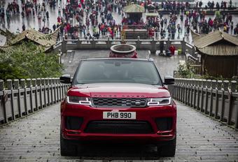 Het is niet omdat er een plug-inhybride aandrijflijn onder de Range Rover Sport hangt, dat hij plots geen 4x4-capaciteiten meer zou hebben. Om dat te bewijzen, krijgt de SUV de fameuze Dragon Road onder de terreinbanden geschoven...