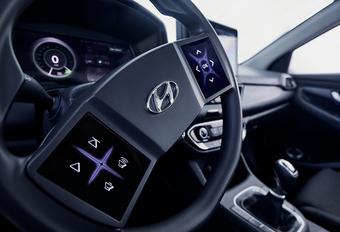 Hyundai probeert een antwoord te verzinnen op de vraag hoe de virtuele cockpit van de toekomst eruit zal zien. Ze voorzagen een hedendaagse i30 met allerlei snufjes van morgen. Bekijk de video.