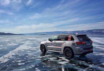 Een Jeep Grand Cherokee Trackhawk is meer dan 700 pk sterk. Maar wat ben je daarmee op een bevroren meer?