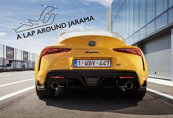 Aan het stuur van de 340 pk sterke Toyota GR Supra ontdekken wij het nu 3,8 meter lange en 11 bochten tellende circuit van Jarama, waarvan het ronderecord sinds 1979 in handen is van Gilles Villeneuve.
