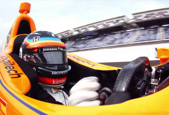 Het afgelopen weekend waagde F1-piloot Fernando Alonso zijn kans in de Indy 500. Deze video vat het Amerikaanse avontuur van de McLaren-rijder samen in 100 seconden, van de beloftevolle start tot het spijtige einde.