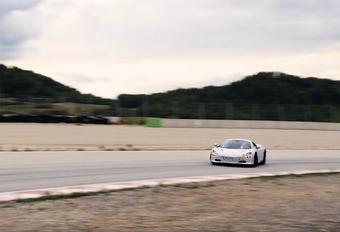 McLaren is volop bezig met het finale ontwikkelingswerk van de 720S, zoals de opvolger van de 650S waarschijnlijk gaat heten. In deze video zie je een nog onder wat camouflagetape schuilend prototype spelen op het circuit.