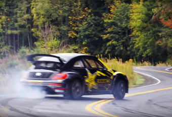 De 600 pk sterke en door Tanner Foust bestuurde Volkswagen Global Rallycross Beetle strekt de benen op een verlaten bergweg in de buurt van het Amerikaanse Portland, Oregon. En dat levert spectaculair beeldmateriaal  op.