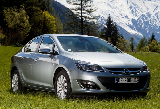 opel astra sports sedan 1 6 85kw cosmo 2017 prix moniteur automobile. Black Bedroom Furniture Sets. Home Design Ideas