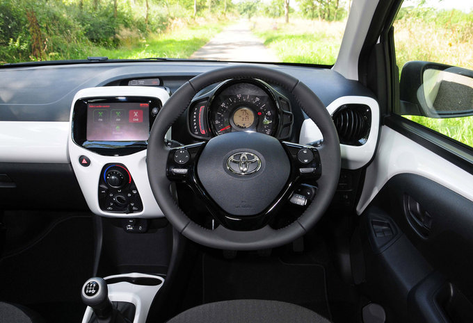 toyota aygo 3p 1 0 vvt i x style 2016 prix moniteur automobile. Black Bedroom Furniture Sets. Home Design Ideas