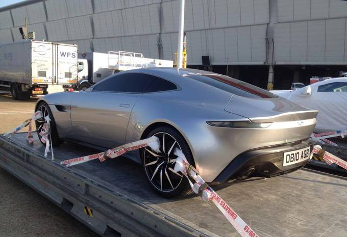 une aston martin db10 de spectre sur le tarmac moniteur. Black Bedroom Furniture Sets. Home Design Ideas