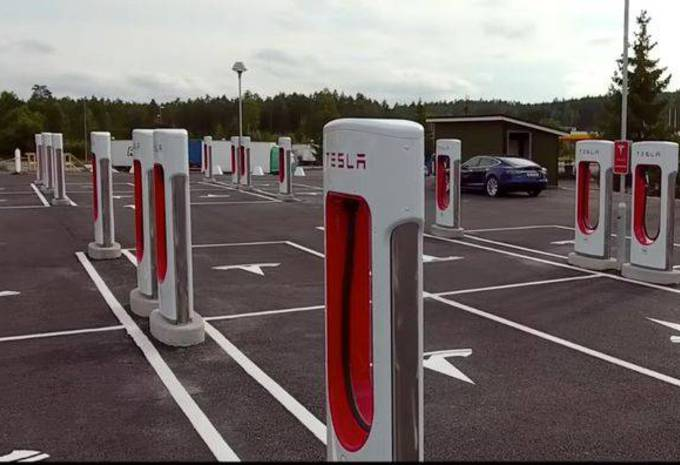 https://static.moniteurautomobile.be/imgcontrol/images_tmp/clients/moniteur/c680-d465/content/medias/images/news/20000/200/30/Tesla-Supercharger-Nebbenes-Norway.jpg