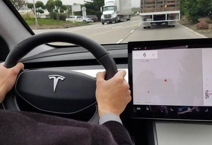 Tesla model 3 tout sur un seul cran moniteur automobile for Interieur tesla
