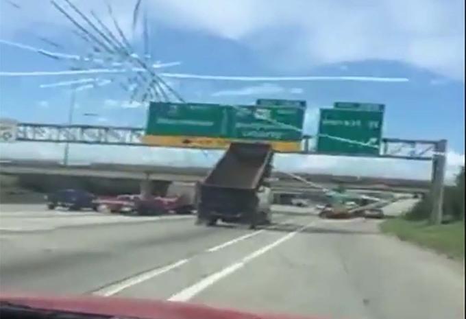 Insolite il arrache des panneaux avec sa remorque de - Camion benne americain ...