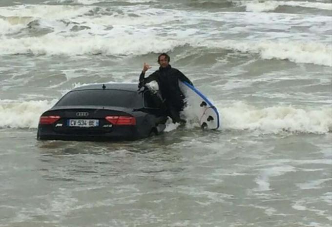 INSOLITE – Il abandonne son Audi sur la plage #1