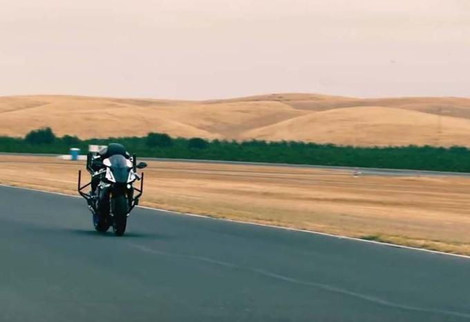 1723e8c39b6 On parle beaucoup de voitures autonomes, mais il existe aussi un motard  autonome. C'est un humanoïde et il a défié le champion Valentino Rossi.