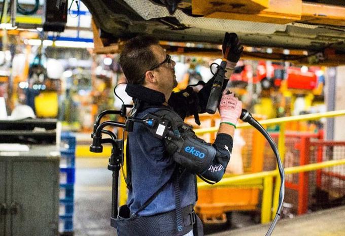 Ford verlicht het werk met een exoskelet #1