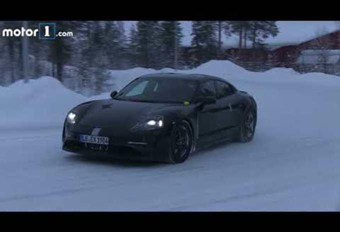 Porsche Mission E 'speelt' in de sneeuw #1
