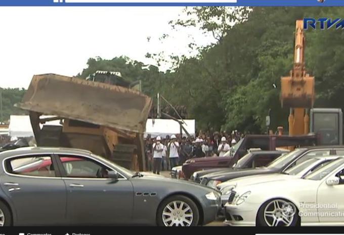 Collectiewagens geplet met een bulldozer #1