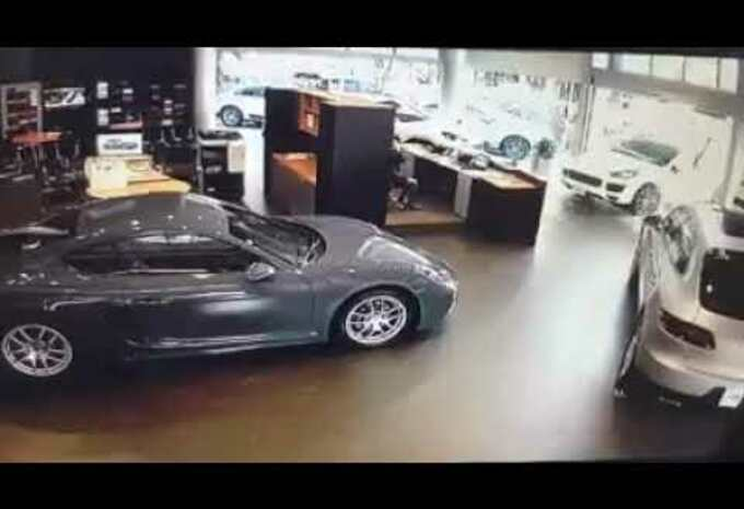 Un client contrarié détruit l'accueil d'une concession Porsche #1