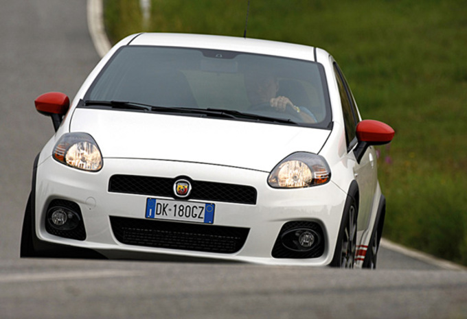 abarth grande punto moniteur automobile. Black Bedroom Furniture Sets. Home Design Ideas