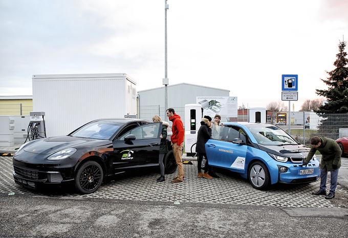 Porsche en BMW onthullen 450 kW snellader… en Taycan Cross Turismo #1