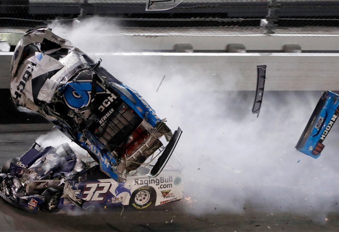 Daytona 500 ontsierd door zware crash - Video #1