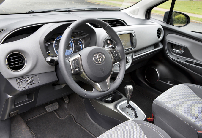 images toyota yaris hybride 2015 moniteur automobile. Black Bedroom Furniture Sets. Home Design Ideas