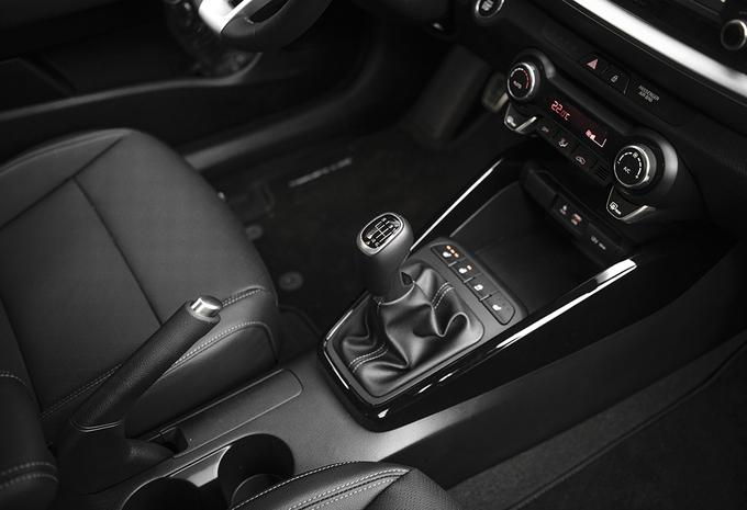 images kia stonic 1 0 t gdi 120 2018 moniteur automobile. Black Bedroom Furniture Sets. Home Design Ideas